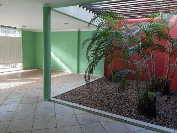 Alugo Casa com três quantos - Rua Dom Pedro Bairro São Cristóvão