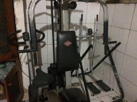 Estação de musculação, bicicleta e simulador de caminhada