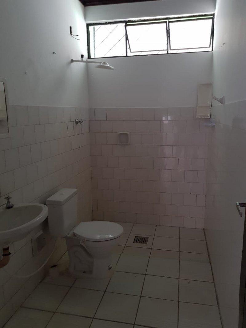 Vende-se uma casa com excelente localização