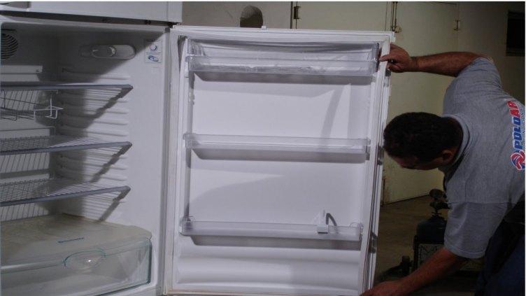 Consertamos geladeira e deixamos uma geladeira de reserva para o cliente