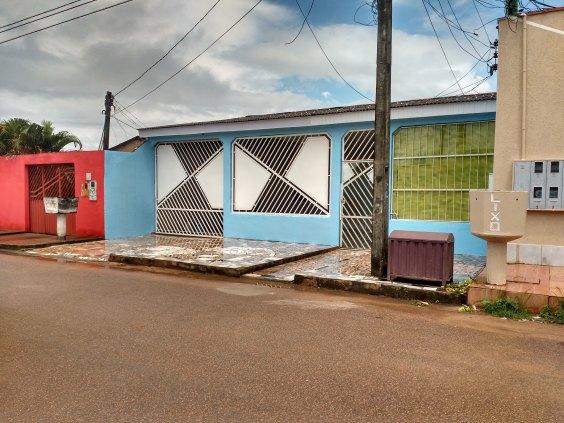VENDE-SE UMA CASA NA RUA CLARA NUNES APUNIA (4 DE JANEIRO)
