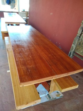 Mesa de madeira Angelim com 02 bancos