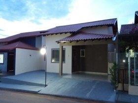 Casa em condomínio fechado próximo ao Ecoville com portaria