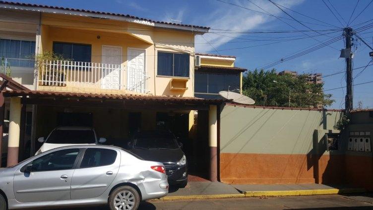 Vende-se casa tipo sobrado em condomínio fechado